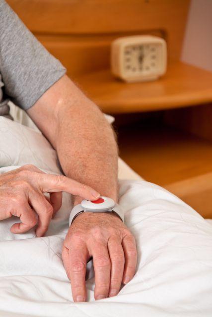 pn[6QRXIG8] Senior mit Rufhilfe Notfall Telefon im Bett